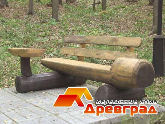 Скамейка из бревна со столиком и спинкой